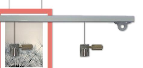 de schilderijrail wordt eenmalig aan uw wand of plafond gemonteerd hierna kunt u uw schilderijen ophangen aan een transparante perlon draad of modern